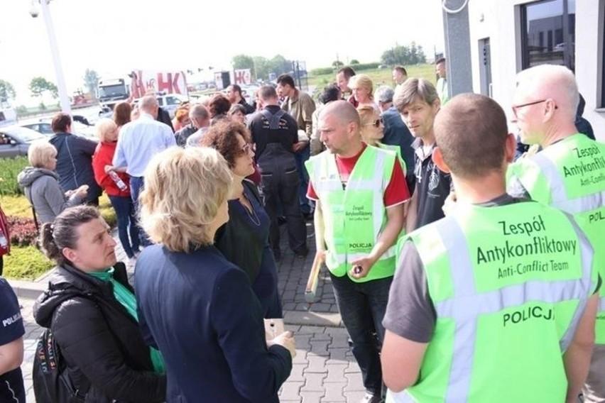 Ukraińcy, którzy 30 maja domagali się wypłat za kwiecień i maj po zakładem Kani w Goczałkowicach