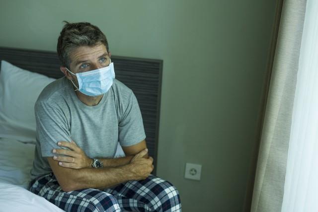 Osoby, które uzyskały pozytywny wynik testu na koronawirusa podlegają izolacji domowej, a w przypadku ciężkiego przebiegu choroby – hospitalizacji.