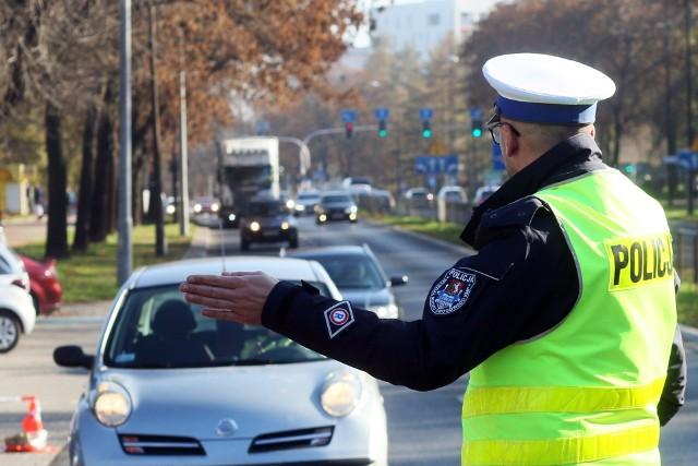 Korzystanie podczas jazdy z telefonu wymagające trzymania słuchawki lub mikrofonu w ręku przez kierującego pojazdem. Mandat – 200 zł, 5 punktów karnych.