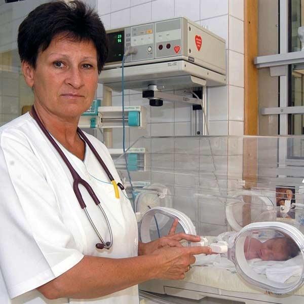 - Dzieci czują nasze emocje. Dlatego choć rodzice boją się o zdrowie wcześniaków, maluchy nie powinny rosnąć w atmosferze niepokoju i strachu - radzi dr Homa.