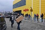 Kraków. W weekend IKEĘ odwiedziły tłumy zakupowiczów. Czy szwedzka firma potrafi obronić klientów przed wirusem?