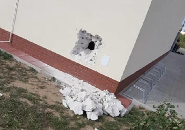 W ostatnich tygodniach w Wielkopolsce doszło do kilku włamań do marketów sieci Dino. Scenariusz działania za każdym razem był taki sam - złodzieje najpierw wykuwali dziurę w ścianie budynku a przez nią dostawali się do środka i zabierali głównie papierosy oraz alkohol.