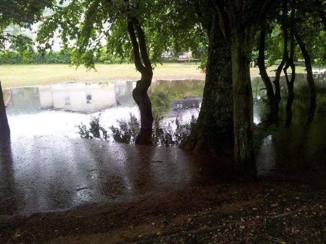 Straty po burzy w MiędzyzdrojachBurza i ulewa zawitała nawet do Międzyzdrojów. Zdjęcia zostały wykonane dzisiaj (4.08.2014) rano o 7. Wczoraj o 21 woda była wszędzie, w parku widocznym na zdjęciach był dosłownie 'basen'.  Całą noc straż pożarna ratowała całe miasto. W restauracjach wody po kolana, prądu brak kilka godzin.. straty straszne.