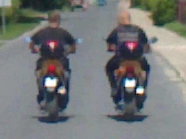 Strażnicy Gminni z Dębicy jeździli motorami po Paszczynie bez kasków  - kadr z filmiku zrobionego przez Internautę.