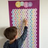Kalendarze bąbelkowe dla dzieci. Biznes wymyślił czterolatek, a wujek zajął się produkcją [zdjęcia]