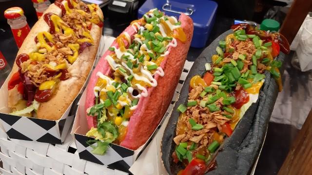 W ten weekend we Wrocławiu spróbować można przeróżnych wegetariańskich dań z całego świata. Kilkunastu kucharzy zjechało się w ramach Wege Festiwalu, który odbywa się w Hali IASE przy ul. Wystawowej. Wydarzenie potrwa do niedzieli do godziny 20. Serwowane na miejscu potrawy pochodzą z kuchni indyjskiej, gruzińskiej, perskiej, tureckiej, a także wietnamskiej. W menu roślinne hot dogi w chrupiących bułkach, domowe pierogi, azjatyckie wegańskie pho, wrapy z hummusem i wiele innych potraw. Takie smakołyki przekonają nawet największych mięsożerców.Sprawdź na kolejnych slajdach, jakich wegetariańskie pyszności można spróbować we Wrocławiu.