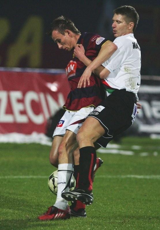 Jak widać w II lidze walczy się nie tylko nogami, ale także i rękoma. Maciej Ropiejko (z lewej) radzi sobie w tych rozgrywkach całkiem dobrze.