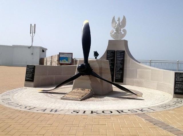 Nowy pomnik poświęcony generałowi Władysławowi Sikorskiemu stanął na tarasie widokowym, w pobliżu latarni morskiej.