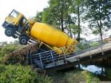 Pod ciężarówką zawalił się most (zdjęcia)