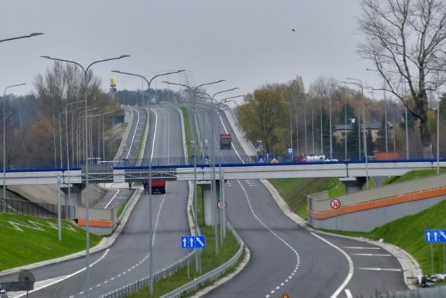 Aleja Wojska Polskiego po przebudowie ma dwie jezdnie z dwoma pasami ruchu w oby kierunkach. Wybudowane są też dwa nowe wiadukty nad kolejową trasa numer osiem. Powstały też drogi zbiorcze i odbarczające. W sumie to 18 kilometrów asfaltowych jezdni, włączając w to przebudową ulicę Żółiewskiego i ulicę Zwolińskiego.
