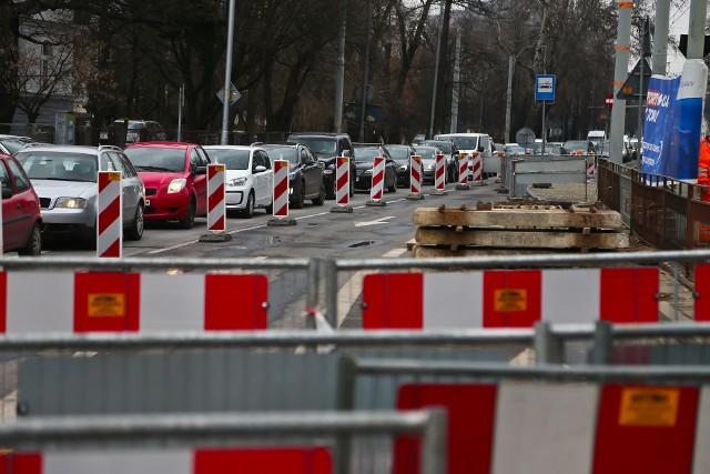 Dobiega końca przebudowa rozjazdów na skrzyżowaniu Powstańców Śląskich i Kutnowskiej.  Jest to miejsce o dużym natężeniu ruchu samochodowego, dlatego praktycznie cały czas tworzą się tutaj korki