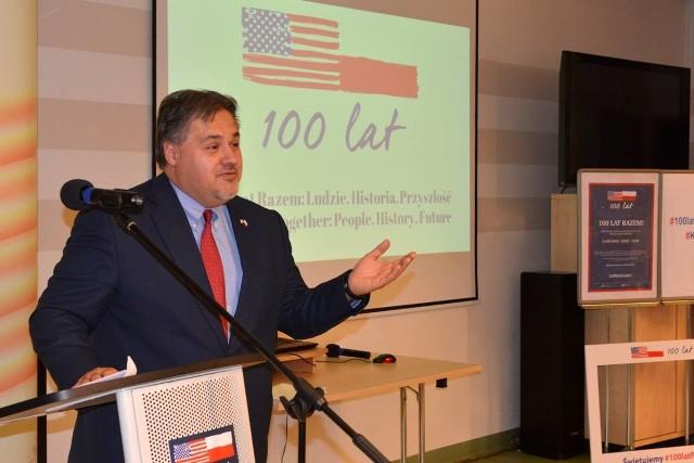 Konsul Stanów Zjednoczonych Tom Zia pozował do zdjęcia z uczniami liceum i studentami  którzy przyszli na spotkanie do Wojewódzkiej Biblioteki Publicznej w Kielcach.