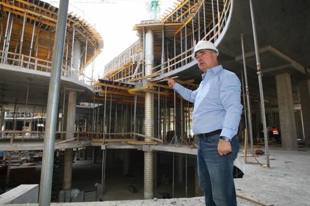 W tym momencie na budowie pracuje 380 osób, ale gdy zaczną się prace wykończeniowe, będzie tutaj ponad 2000 osób - mówi Stanislaw Kowal, kierownik budowy galerii.