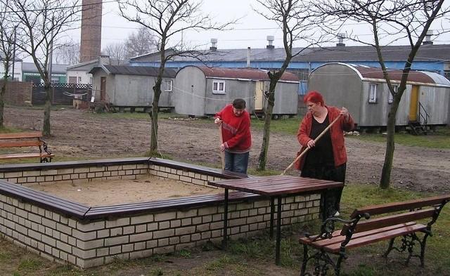 Jolanta i Danuta, lokatorki z Przemysłowej w Bytowie, podczas porządków.