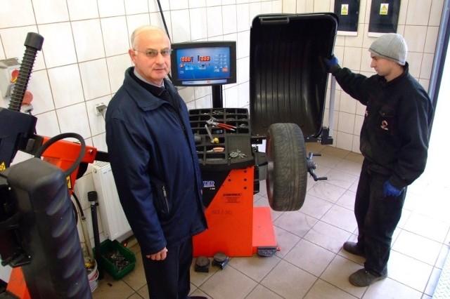 - Serwis wymiany opon przynosi większe zyski niż przewóz ludzi - mówi Aleksander Patoła, prezes PKS-u. (fot. Radosław Dimitrow)