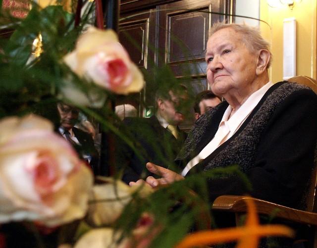 Zdjęcie z obchodów 95 urodzin generał profesor Elżbiety Zawackiej. Uroczystości odbyły się w toruńskim Dworze Artusa w 2004 roku