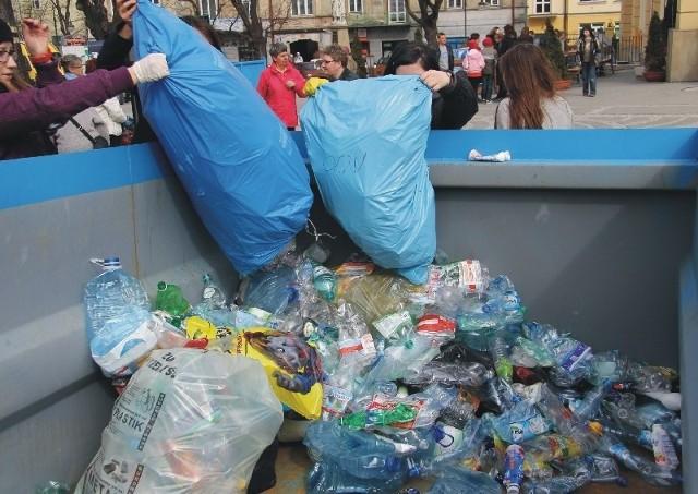 Po pierwszych dniach obowiązywania nowych przepisów śmieciowych nie dość, że nie ma większych kłopotów, to jeszcze okazało się, że przemyślanie starają się w większym niż dotąd zakresie sortować śmieci.