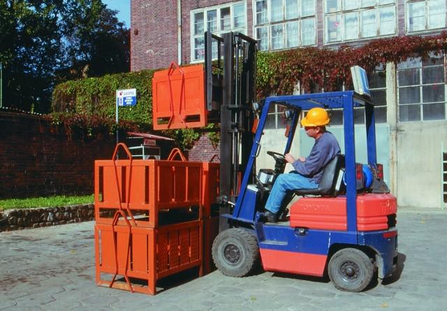 Operator wózków widłowych - to jeden z zawodów, które cieszą się obecnie dużym wzięciem. Fachowców poszukują markety, hurtownie itd.