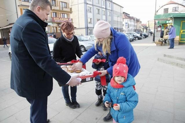 W tłusty czwartek burmistrz Krzysztof Gołaszewski przygotował słodką niespodziankę.