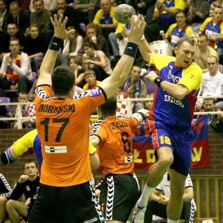 Łukasz Stodtko (z piłką), mimo kontuzji ręki, rozegrał zwłaszcza w pierwszej części, dobre spotkanie