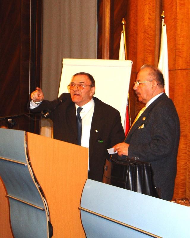 - Te wybory zostały sfałszowane - mówił tuż po ogłoszeniu wyników Jan Walukiewicz (na mównicy) wbrew protestom Ryszarda Bolukiewicza (obok).