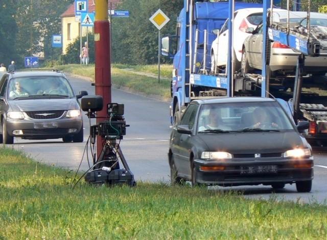Kontrole już ruszyły. Na ulicy Słowiańskiej w Szczecinku stanął fotoradar posadowiony tam przez strażników miejskich. Kierowcy jakby czuli, co się święci i karnie podążali w kolejce. Powolutku, regulaminowo, bez szaleństw i zgodnie z przepisami.