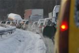 Intensywne opady śniegu. Zablokowana droga na Dolnym Śląsku