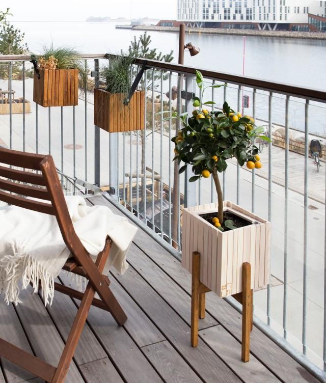 Balkon w bloku nie musi być składzikiem rzeczy niepotrzebnych lub tych, które z pewnością kiedyś się przydadzą. To przestrzeń niewykorzystana przez wielu ludzi. To miejsce, w którym można odpocząć podczas ciepłych dni, zjeść śniadanie w wiosenny poranek lub zaaranżować dodatkowy pokój.