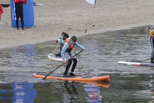 W sobotę 1 maja nad Pogorią III zebrali się amatorzy pływania na supach Zobacz kolejne zdjęcia/plansze. Przesuwaj zdjęcia w prawo - naciśnij strzałkę lub przycisk NASTĘPNE