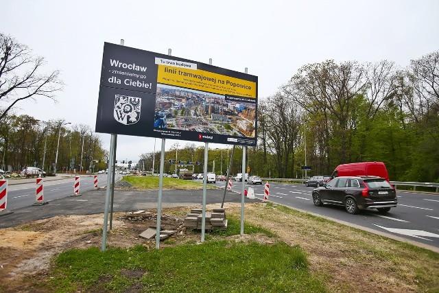 Trwa budowa nowej linii tramwajowej na Popowice. Dwa tygodnie temu wprowadzono zmiany komunikacyjne na skrzyżowaniu Dmowskiego i Mieszczańskiej.Teraz rozpoczyna się przebudowa drugiego końca inwestycji. Obejmie swoim zasięgiem skrzyżowanie Popowickiej i Milenijnej, a zmiany w komunikacji sięgną aż do ulicy Wejherowskiej i Legnickiej.Zmiany w komunikacji potrwają do listopada 2021. Największe utrudnienia spotkają kierowców i pasażerów autobusów. Tramwaje z Kozanowa będą kursować bez zmian. Szczegóły inwestycji na kolejnych slajdach.