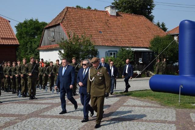 W piątek (9.07) wicepremier Piotr Gliński odwiedził Tykocin. Na specjalne zaproszenie uczestniczył w przysiędze żołnierzy Wojsk Ochrony Terytorialnej. Odwiedził także Wielką Synagogę w Tykocinie.