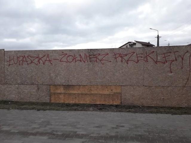 Na ul. Łupaszki w Białymstoku co jakiś czas pojawiają się napisy dotyczące patrona. Ostatnie namalowano w ubiegłym tygodniu