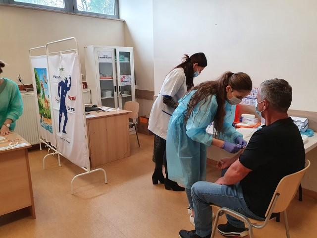 W Jędrzejowie ruszył drugi punkt powszechnych szczepień przeciwko COVID-19. Oto zdjęcia z pierwszego dnia jego funkcjonowania.