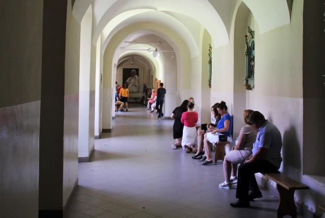 Klasztorne korytarze w Krasnobrodzie. One są nadal dostępne