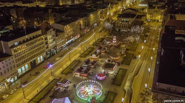 Jarmark świąteczny na placu Wolności z lotu ptaka