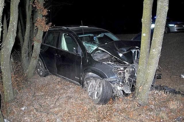 Toyota wbiła się w drzewo, 63-letni mężczyzna zginął na miejscu