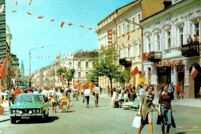Radomskie ulice w czasach PRL-u były pełne pięknie ubranych kobiet i mężczyzn. Zobacz plisowane spódnice, sukienki, szerokie spodnie, dzwony, jakie nosiły nasze mamy, ciocie, babcie... Panowie zawsze eleganccy w koszulach i marynarkach. Ta moda znów wraca! Zobacz archiwalne zdjęcia radomian z modą vintage w głównej roli.