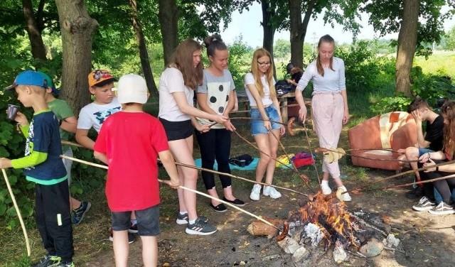 Uczniowie z Odrzywołu, po zebraniu śmieci, zorganizowali ognisko z pieczeniem kiełbasek.