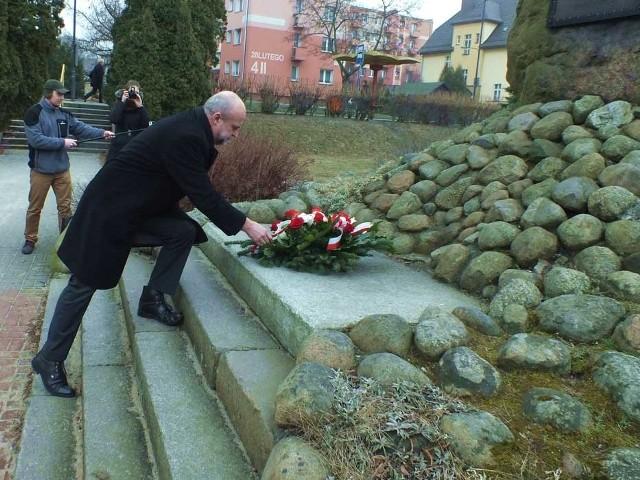 Starosta Krzysztof Lis składa kwiaty pod pomnikiem-kamieniem