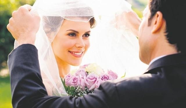 1. Idealna skóra twarzy i dekoltuJeżeli masz problemy z cerą, a na twojej skórze widoczne są pewne niedoskonałości, nie próbuj ukryć tego pod mocnym makijażem. Panna Młoda ma wyglądać pięknie i promieniście, a teatralna maska da odwrotny efekt. Dużo lepszym rozwiązaniem jest wizyta u kosmetyczki i poddanie się niezbędnym zabiegom, które odmłodzą, wygładzą, nawilżą i wyrównają skórę. Doświadczona specjalistka w salonie piękności najlepiej oceni, czego twoja cera najbardziej potrzebuje i doradzi konkretny zabieg.