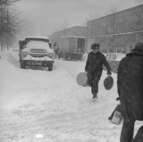 Śnieg wygrał z Polską Ludową. Popękane szyny, zaspy na 3 metry [zdjęcia zimy stulecia]