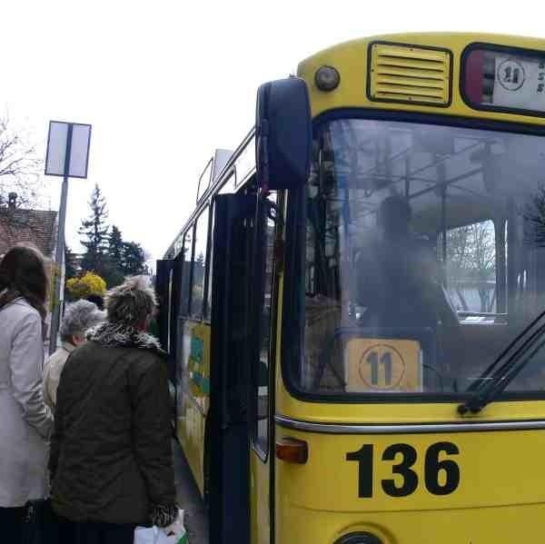 Sporo osób z ulgowymi biletami korzysta    z południowego kursu do Surochowa, Sobiecina i Zgody, miejscowości należących do gminy wiejskiej Jarosław.