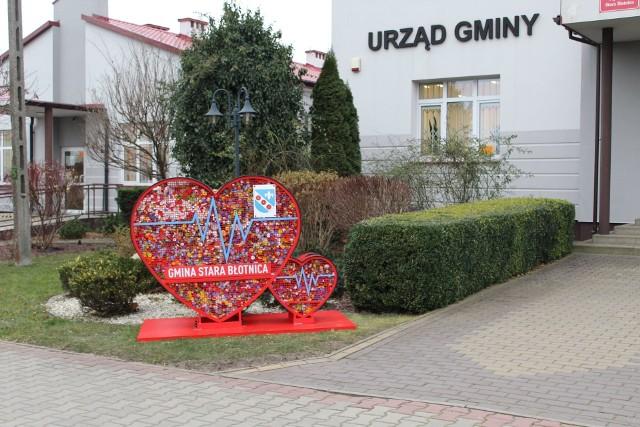 Czerwone serce na nakrętki stoi przed Urzędem Gminy w Starej Błotnicy. Mieszkańcy szybko je napełniają.