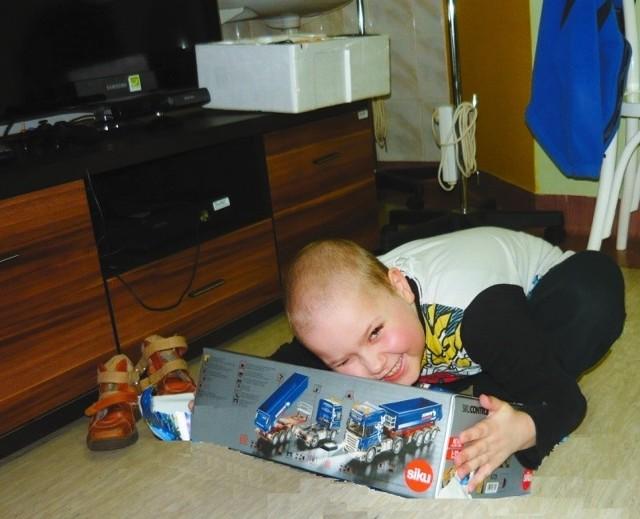 Moment spełnienia życzenia to wielkie szczęście dla małych marzycieli. Niedawno Fundacja uszczęśliwiła 6-letniego Oskara, który marzył, aby dostać tira zdalnie sterowanego z naczepą.