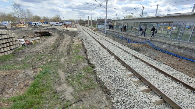 W Dąbrowie Górniczej trwa przebudowa linii kolejowej, peronów. Obok powstaje centrum przesiadkowe oraz parkingi i nowe drogi Zobacz kolejne zdjęcia/plansze. Przesuwaj zdjęcia w prawo - naciśnij strzałkę lub przycisk NASTĘPNE