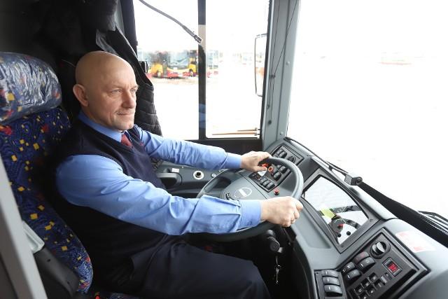 Kierowcy autobusów MPK - Łódź nie będą mogli rozmawiać przez telefony głośnomówiące lub słuchawkowe, ani słuchać muzyki przez słuchawki, jeśli związki zawodowe przyjmą taką propozycję zarządu spółki.