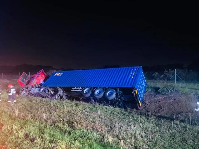 Po godz. 1 w nocy z poniedziałku na wtorek na autostradzie A2 na wysokości Żernik koło Poznania w kierunku Świecka samochód ciężarowy wypadł z drogi i przewrócił się na bok. W wypadku został ranny kierowca ciężarówki, a kierowcy musieli się liczyć z utrudnieniami w ruchu. Zobacz więcej zdjęć ---->
