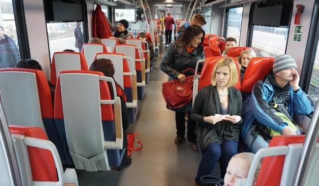 Z pociągi ŁKA przewożą coraz więcej pasażerów. Co czwarty jedzie z biletem lub migawką MPK Łódź