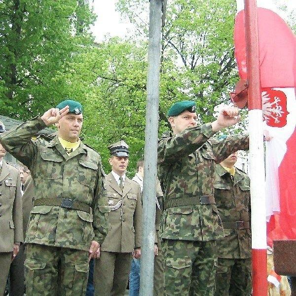 Punktualnie o godz. 12.00 w Dzień Flagi,  żołnierze 4 Brodnickiego Pułku Chemicznego  wciągnęli biało-czerwoną na maszt, na Dużym  Rynku w Brodnicy.