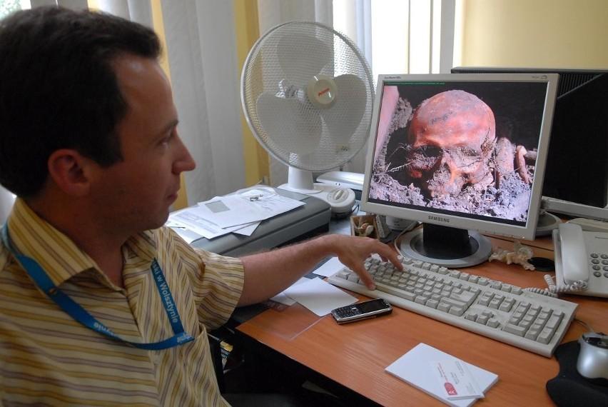 - Nową lipę, ale już taką odrośniętą, sprowadzoną z ogrodu dendrologicznego w Kórniku, ufunduje niemieckie ziomkostwo wywodzące się z naszego miasta - przekazuje Wojciech Lis demonstrując jednocześnie w komputerze zdjęcie czaszki, którą odkrył...